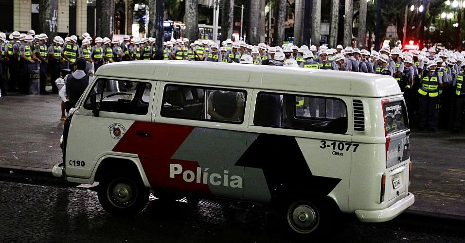 22.mar.2014 - Polícia militar deixa o centro de São Paulo após o fim das manifestações pró e contra a intervenção militar no país