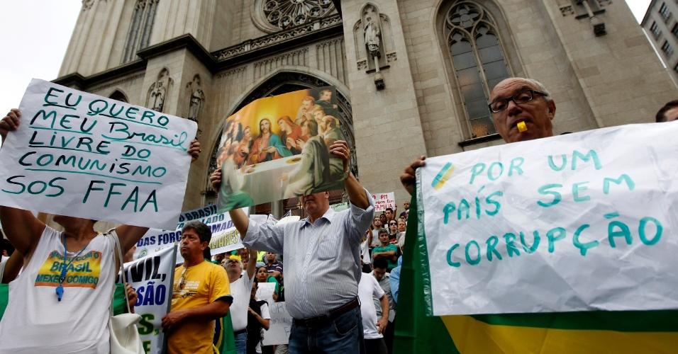 22.mar.2014 - Segundo a PM, cerca de 700 pessoas participam da nova versão da Marcha da Família com Deus neste sábado (22), no centro de São Paulo. A concentração foi na praça da República e eles caminham em direção à praça da Sé