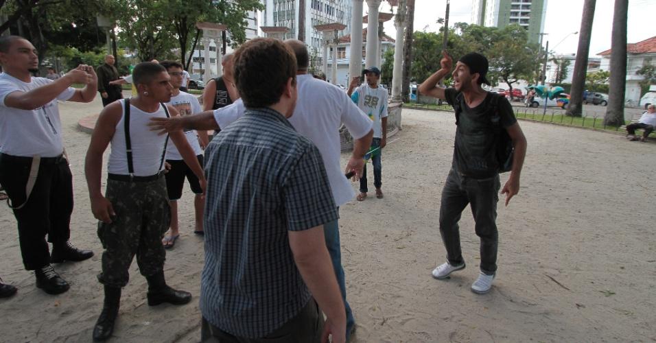 22.mar.2014 - Skinheads integralistas e outros poucos manifestantes realizam evento comemorativo à Marcha da Família com Deus pela Liberdade, na praça do Derby, no Recife (PE). Manifestantes antifascistas passaram pelo local e houve princípio de confusão