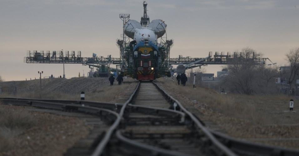 23.mar.2014 - A nave Soyuz é levada para sua plataforma de lançamento em Baikonur, no Cazaquistão. A espaçonave levará os cosmonautas russos Alexander Skvortsov e Oleg Artemyev e o astronauta americano Steven Swanson para a Estação Espacial Internacional no dia 26 de março