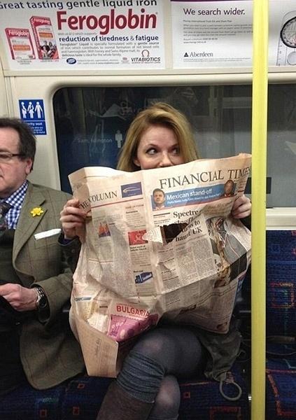 A ex-spice girls Geri Halliwell viaja em metrô em Londres, na Inglaterra