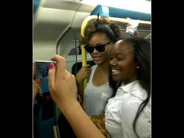 Rihanna viaja em metrô em Londres, na Inglaterra, em 2011