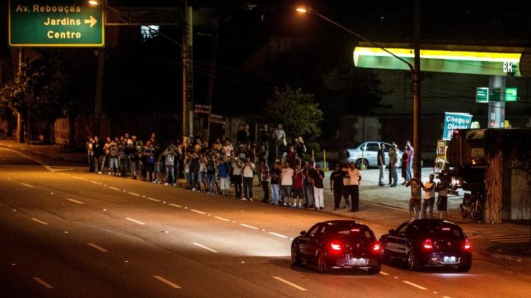 14.mar.2014 - Carros de luxo realizam racha na marginal Pinheiros, zona oeste de São Paulo - Avener Prado/Folhapress - Avener Prado/Folhapress
