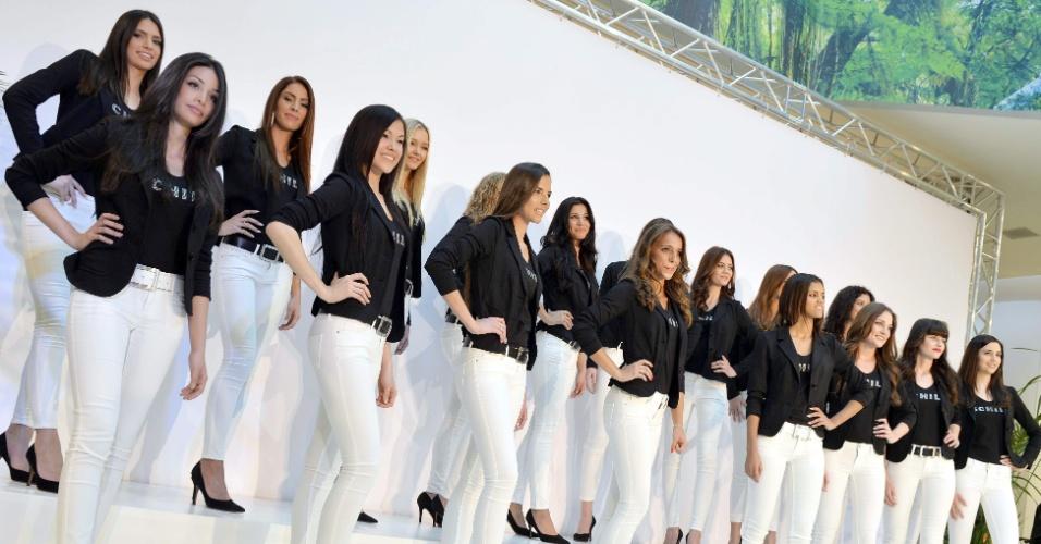 22.mar.2014 - Candidatas do Miss Suíça 2014 posam para fotos durante a primeira aparição pública em um shopping de Wallisellen, perto de Zurique. No dia 11 de outubro, 18 finalistas competirão pelo título de mais bela do país