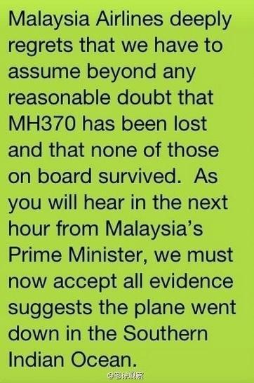 """24.mar.2014 - A companhia aérea Malaysia Airlines enviou uma mensagem aos familiares dos passageiros do voo MH370, confirmando a queda do avião. """"A Malaysia Airlines lamenta profundamente ter que admitir acima de qualquer dúvida que o voo MH370 se perdeu e nenhuma das pessoas a bordo sobreviveu. Como vocês ouvirão na próxima hora do primeiro-ministro da Malásia, nós devemos aceitar todas as evidências que sugerem que o avião caiu no sul do oceano Índico"""", diz a mensagem"""