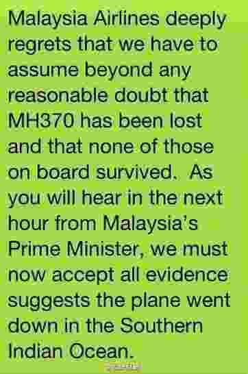 """24.mar.2014 - A companhia aérea Malaysia Airlines enviou uma mensagem aos familiares dos passageiros do voo MH370, confirmando a queda do avião. """"A Malaysia Airlines lamenta profundamente ter que admitir acima de qualquer dúvida que o voo MH370 se perdeu e nenhuma das pessoas a bordo sobreviveu. Como vocês ouvirão na próxima hora do primeiro-ministro da Malásia, nós devemos aceitar todas as evidências que sugerem que o avião caiu no sul do oceano Índico"""", diz a mensagem - Reprodução/Twitter"""