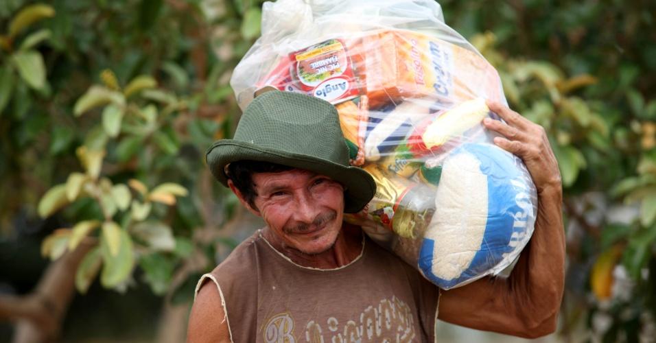 24.mar.2014 - As famílias atingidas pelas cheias dos rios Tocantins e Itacaiúnas, no Pará, receberão cerca de mil cestas básicas que estão sendo distribuídas pelo Corpo de Bombeiros e a Defesa Civil do Estado. Os itens já estão à disposição dos moradores na sede da Seasp (Secretaria Municipal de Assistência Social)