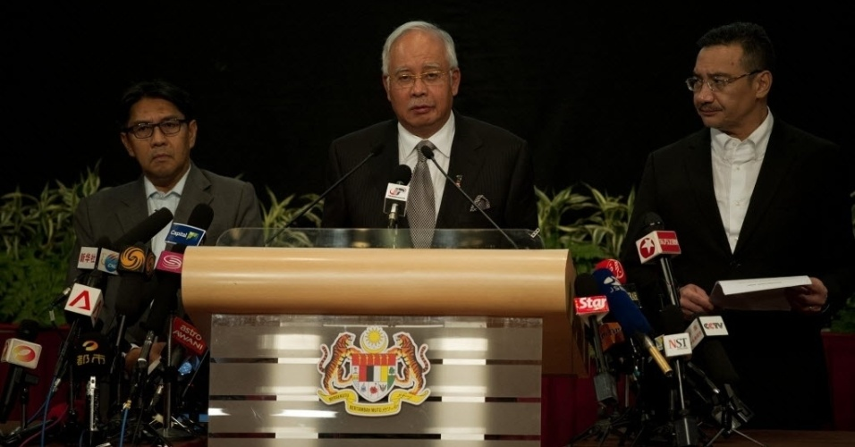 24.mar.2014 - Em pronunciamento realizado nesta segunda-feira (24), o primeiro-ministro da Malásia, Mohd Najib Tun Razak, confirmou a queda do voo MH370 da Malaysia Airlines, que estava desaparecido desde o dia 8 de março, em uma área no sul do oceano Índico. O voo, que ia de Kuala Lumpur, na Malásia, para Pequim, na China, levava 239 pessoas a bordo