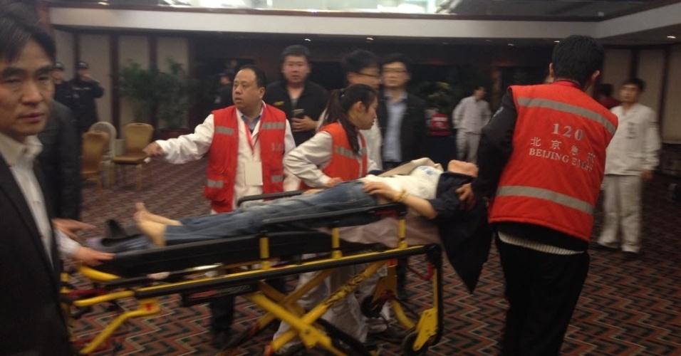 24.mar.2014 - Familiar de passageiro do voo MH370 da Malaysian Airlines desmaia após o anuncio do premiê da Malásia, Najib Razak, de que a aeronave caiu no sul do oceano Índico e que não há sobreviventes entre os 239 ocupantes