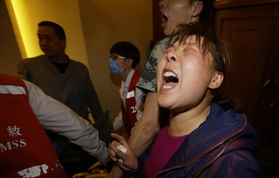 24.mar.2014 - Familiares dos passageiros do voo MH370 da Malaysian Airlines choram após o anuncio do premiê da Malásia, Najib Razak, de que a aeronave caiu no sul do oceano Índico e que não há sobreviventes entre os 239 ocupantes