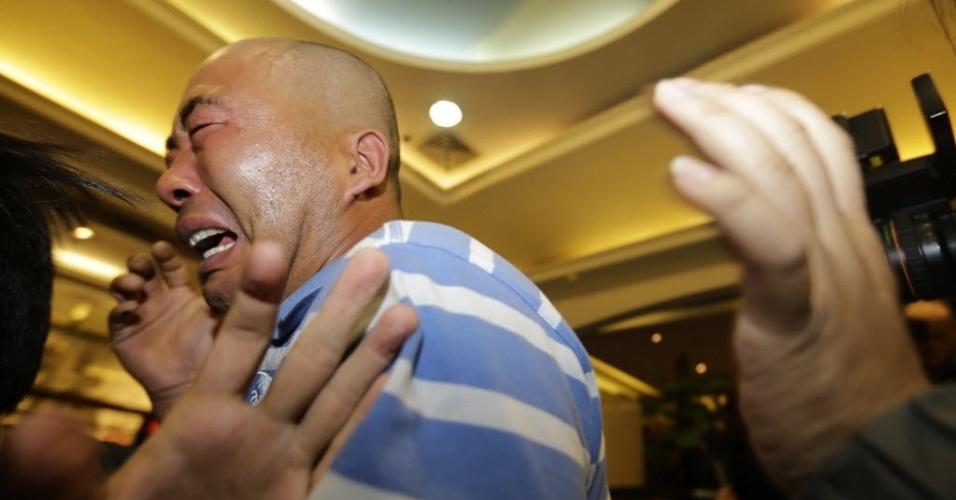 24.mar.2014 - Familiares dos passageiros dos voo MH370 da Malaysian Airlines choram após o anuncio do premiê da Malásia, Najib Razak, de que a aeronave caiu no sul do oceano Índico e que não há sobreviventes entre os 239 ocupantes