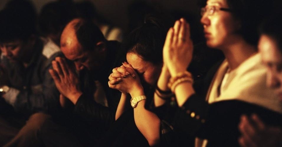 24.mar.2014 - Familiares dos passageiros dos voo MH370 da Malaysian Airlines, desaparecido desde 8 de março fazem orações em Pequim, China. O premiê da Malásia, Najib Razak, anunciou na manhã desta segunda-feira (24) que o avião caiu no sul do oceano Índico e que não há sobreviventes entre os 239 ocupantes
