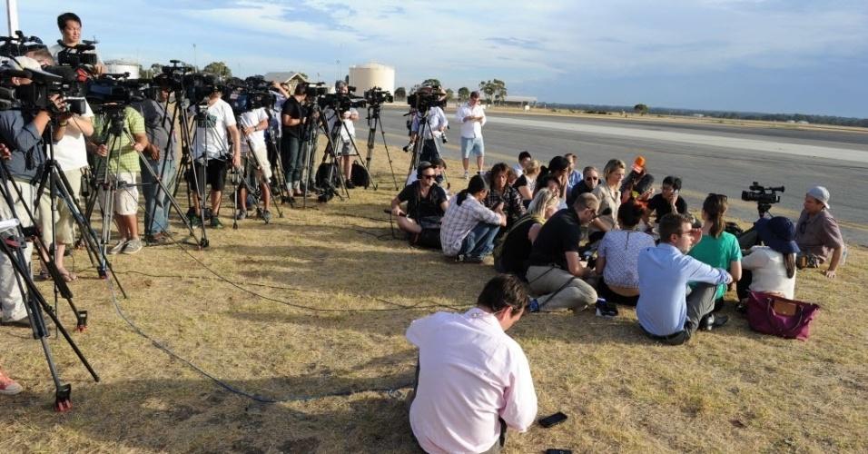 24.mar.2014 - Jornalistas se posicionam na base aérea de Pearce em Bullstrock, Austrália para aguardar novas informações sobre o voo MH370 da Malaysia Airlines desaparecido desde 8 de março