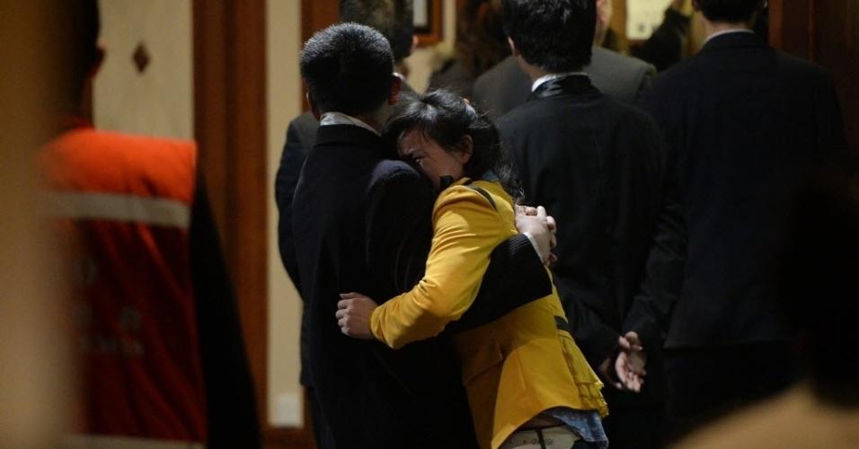 24.mar.2014 -Parentes de passageiros do vôo desaparecido Malaysia Airlines se consolam após coletiva que informou a morte de todos os passageiros e tripulantes do avião, no hotel Lido, em Pequim, na China