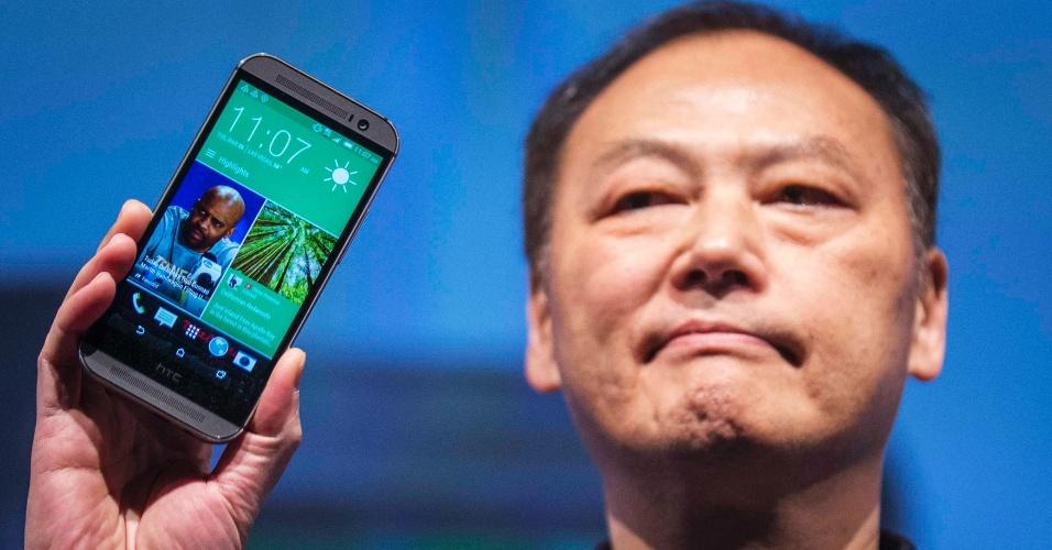 25.mar.2014 - A HTC apresentou um novo modelo do smartphone HTC One, identificado como HTC One M8. O celular inteligente tem processador quad-core (quatro núcleos) da Qualcomm de 2,3 GHz, sistema Android 4.4 (Kit Kat), 2 GB de memória RAM e tela de 5 polegadas. Um dos destaques do aparelho é que ele conta com um par de câmeras na parte traseira