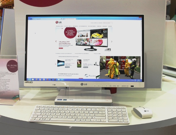 25.mar.2014 - A LG apresentou em evento realizado em São Paulo o computador All-in-one 23V545. O aparelho é uma solução que funciona como PC, monitor e TV em um mesmo produto. Ele tem processador Intel Core i5, câmera de 1,3 megapixel, 500 GB de disco rígido, 4 GB de memória RAM e tela de 23 polegadas FullHD. O aparelho vai ser lançado em maio de 2014 e ainda não tem preço sugerido