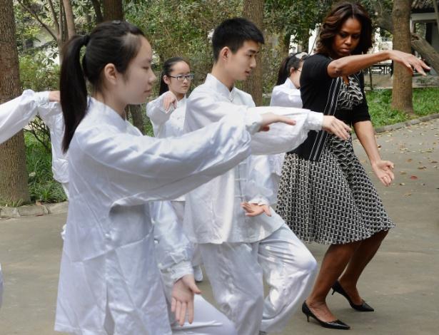 25.mar.2014 - A primeira-dama dos Estados Unidos, Michelle Obama, fez aula de tai chi chuan com alunos de uma escola de Chengdu, na China. Michele chegou à China no dia 20 de março para encontros sobre educação e intercâmbio cultural