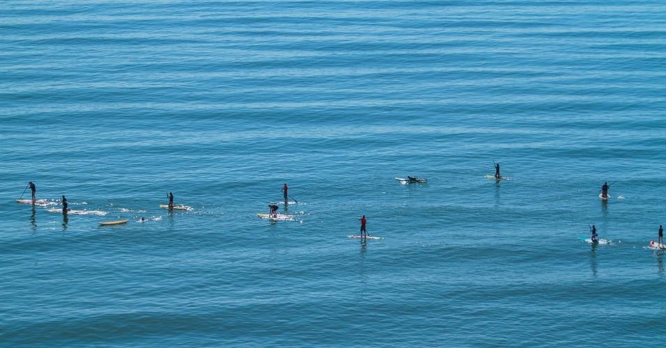 25.mar.2014 - Banhistas aproveitaram o sol e o clima agradável na praia central em Balneário Camboriú, Santa Catarina