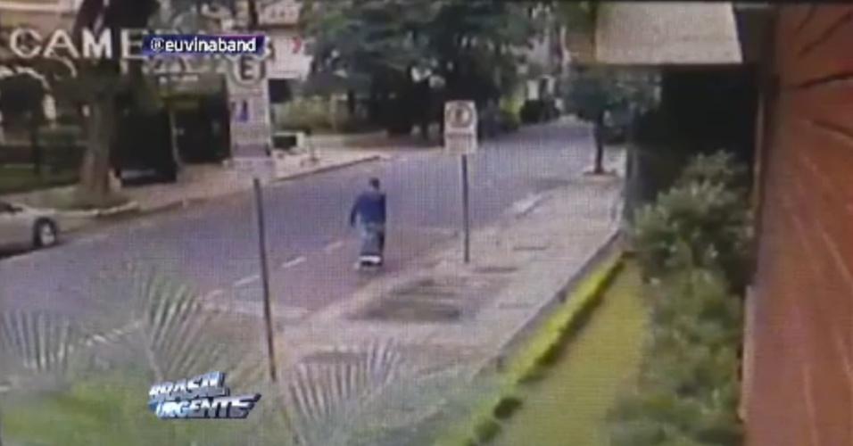 25.mar.2014 - Câmera flagra suspeito de esquartejamento com carrinho de feira em São Paulo