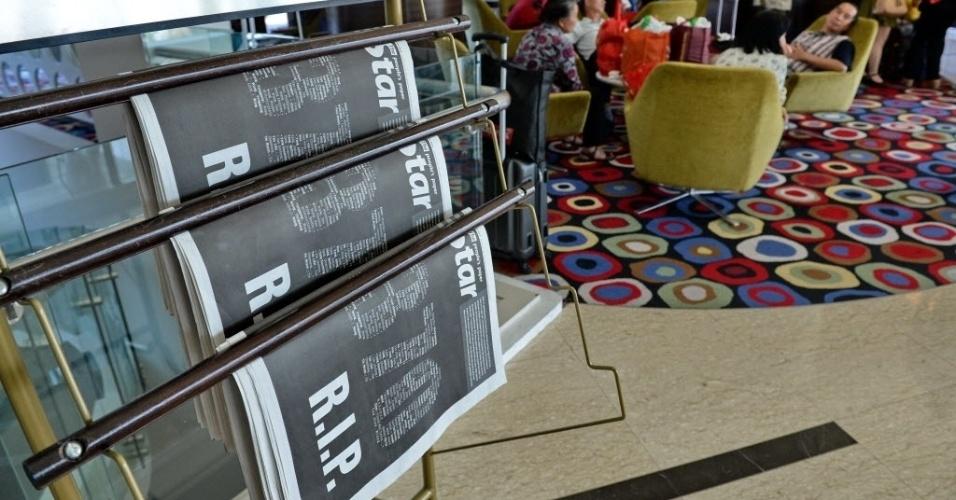 """25.mar.2014 - Capa do maior jornal em inglês da Malásia, """"The Star"""", traz o número do voo da Malaysia Airlines desaparecido em 8 de março e a expressão """"R.I.P."""" (abreviação para """"rest in peace"""", que significa """"descansem em paz"""")"""