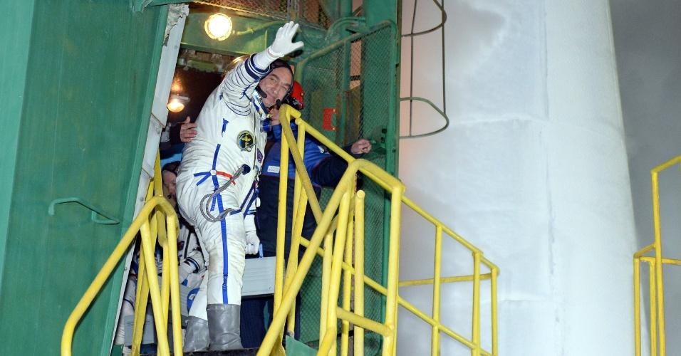 25.mar.2014 -  Cosmonauta russo Alexander Skvortsov acena ao entrar na nave Soyuz que o levará junto com outro cosmonauta, o russo Oleg Artemyev, e o astronauta americano Steven Swanson, astronautas para a Estação Espacial Internacional, na base de Bikonur, no Casaquistão