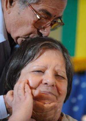 Inês Etienne Romeu, única sobrevivente da Casa da Morte de Petrópolis, recebe um beijo na cabeça durante audiência pública da Comissão Nacional da Verdade