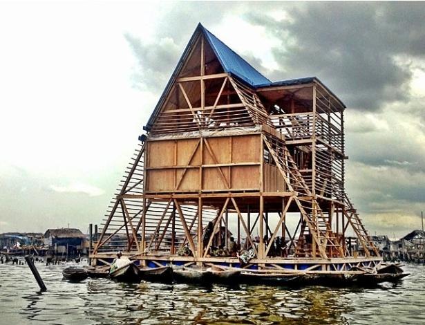 Este protótipo de escola flutuante, construído para a comunidade de Makoko, na Nigéria, segue uma abordagem inovadora, sustentável e barata, atendendo as necessidades da população local, que vive em palafitas sobre a Lagoa de Lagos