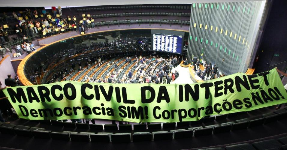 Manifestantes abrem faixa pedindo a aprovação do Marco Civil da Internet no Plenário da Câmara dos Deputados durante sessão para votação do projeto