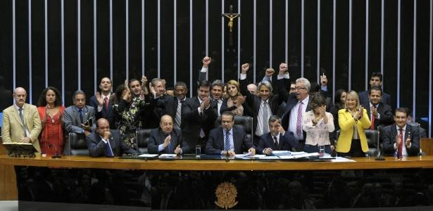 Relator Alessandro Molon (de braços levantados e gravata cinza) comemora com outros deputados a aprovação do Marco Civil da Internet: foram 17 votos a favor e um contra, do PPS
