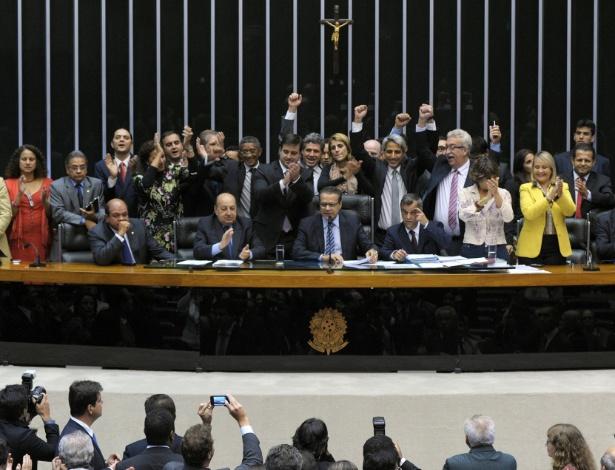 Alessandro Molon (de braços levantados e gravata cinza) comemora com outros deputados a aprovação