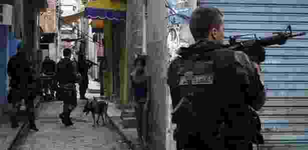 Policiais andam pelas ruas e checam moradores para garantir a segurança durante uma operação no complexo de favelas da Maré - Ricardo Moraes/ Reuters