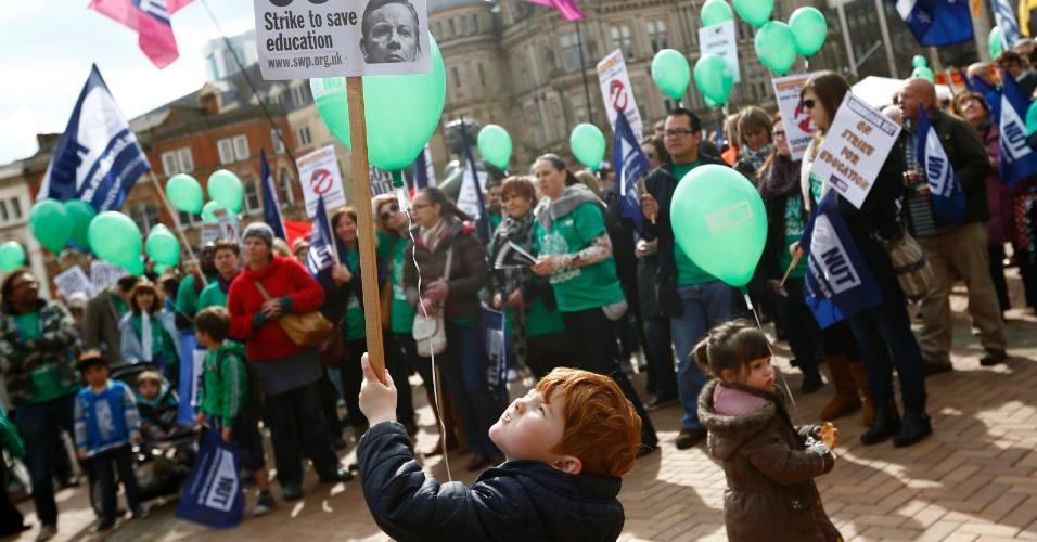 26.mar.2014 - 26.mar.2014 - Em Birmingham, região central da Inglaterra, professores fazem greve e protestam por melhores condições salariais. Na imagem, o jovem Ben Jackson segura um cartaz durante a manifestação do Sindicato Nacional de Professores