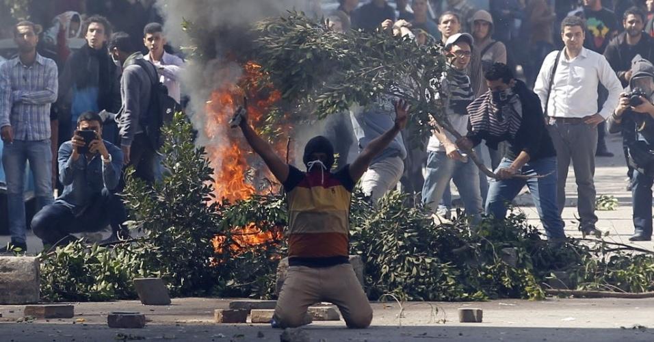 27. mar.2014 - Estudante partidário da Irmandade Muçulmana e do presidente deposto do Egito Mohamed Mursi confronta a polícia durante protesto em frente à universidade Ain Shams, próxima à sede do Ministério da Defesa do Egito, no Cairo. A Irmandade Muçulmana acusa o Exército do país de ter dado um golpe contra Mursi