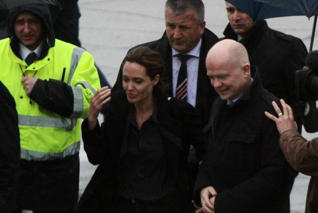 27.mar.2014 - A estrela de Hollywood, Angelina Jolie, e ministro do Exterior britânico (à dir.), William Hague, chegaram nesta quinta-feira (27) na Bósnia para pedir uma