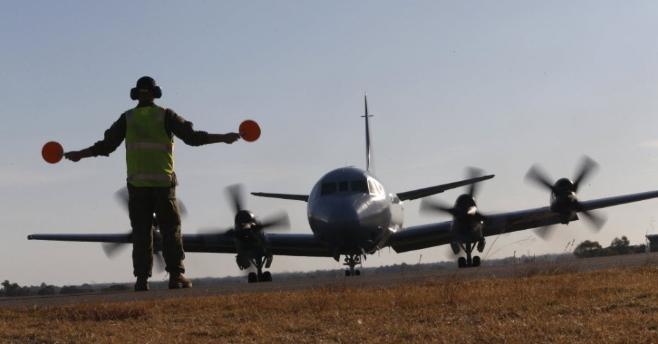27.mar.2014 - Controlador de voo guia avião da Força Aérea australiana em seu retorno a base aérea próxima a Perth, na Austrália. O mau tempo levou à interrupção da busca pelo avião da Malaysia Airlines que desapareceu em 8 de março