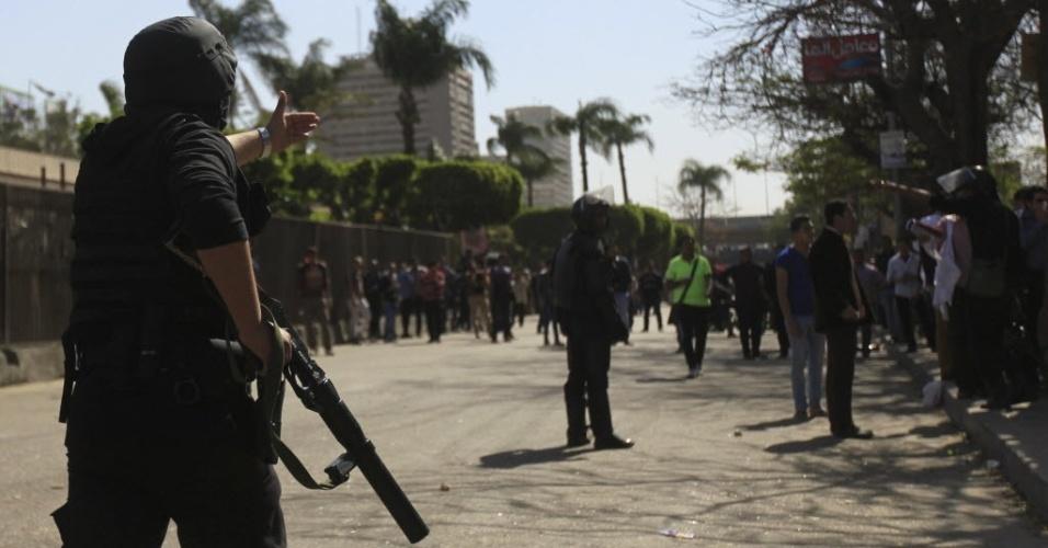 27.mar.2014 - Policiais afastam estudantes de área próxima ao Ministério da Defesa do Egito, no Cairo, durante manifestação de apoio à Irmandade Muçulmana e ao presidente deposto do país, Mohamed Mursi