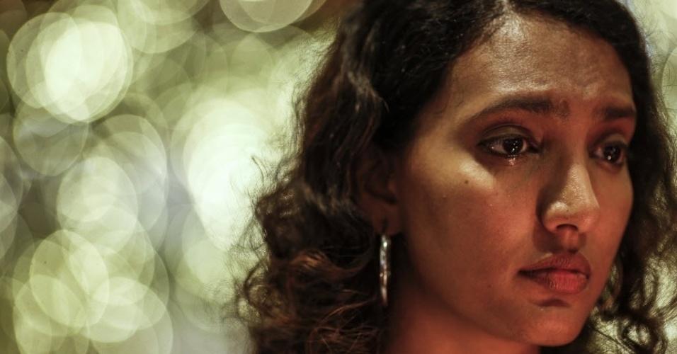 27.mar.2014 - Uma mulher chora durante uma vigília à luz de velas pelos passageiros que morreram no vôo MH370 do Malaysia Airlines, no centro de Kuala Lumpur, na Malásia
