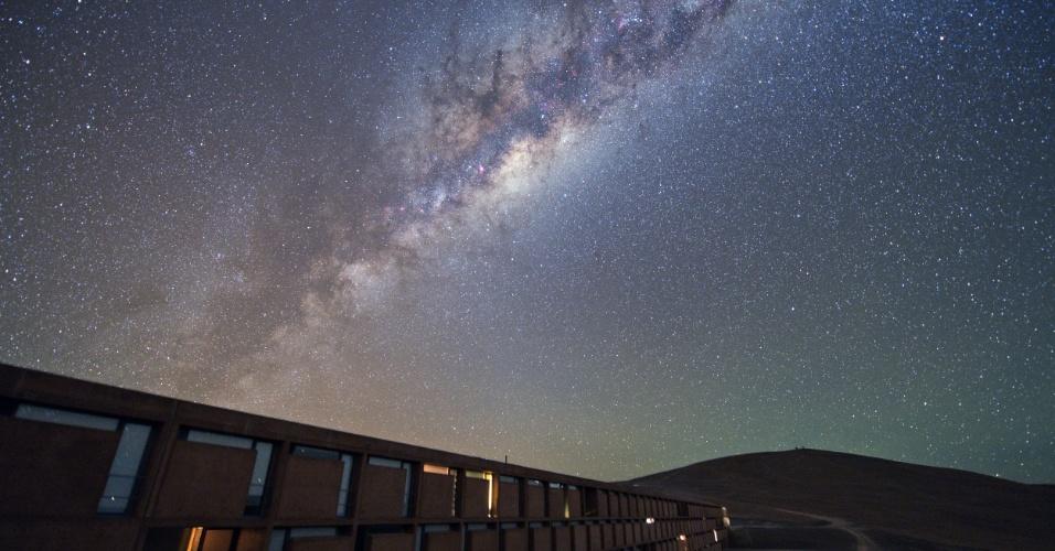 28.mar.2014 - Expedição de astrônomos está viajando para locais onde estão telescópios da Agência Europeia do Sul para fotografar o espaço da Terra. Aqui, o céu sobre a residência é repleto de estrelas distantes e iluminado pela Via Láctea