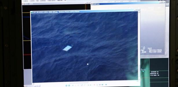 Imagem de objetos avistados por um dos aviões que participa da busca pelos destroços do voo MH370 da Malaysia Airlines. A foto foi tirada por um jornalista que estava a bordo do avião - BBC/Reprodução
