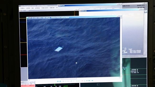 28.mar.2014 - Imagem de objetos avistados por um dos aviões que participa da busca pelos destroços do voo MH370 da Malaysia Airlines. A foto foi tirada por um jornalista que estava a bordo do avião