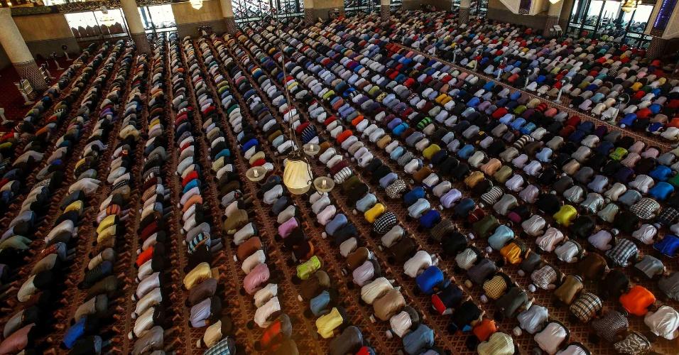 28.mar.2014 - Muçulmanos participam das orações desta sexta-feira (28) na Mesquita Nacional em Kuala Lumpur, na Malásia, que incluíram uma sessão especial para os desaparecidos do voo MH370
