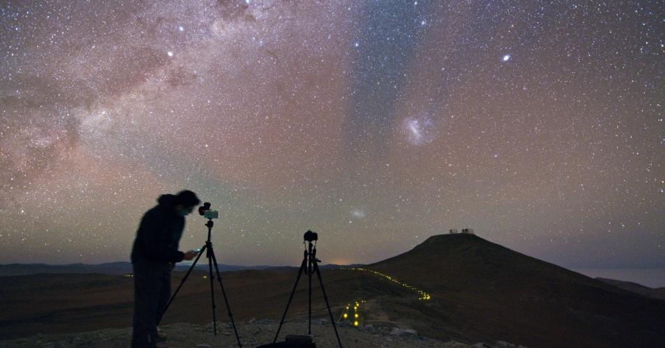 28MAR.2014- ESPAÇO VISTO DA TERRA - Expedição de astrônomos está viajando para locais onde estão telescópios da Agência Europeia do Sul para fotografar o espaço da Terra. Aqui, Babak Tafreshi prepara a câmera para capturar o brilhante céu noturno do Atacama. O brilho vermelho e verde no céu é devido à de aeroluminescência na atmosfera superior