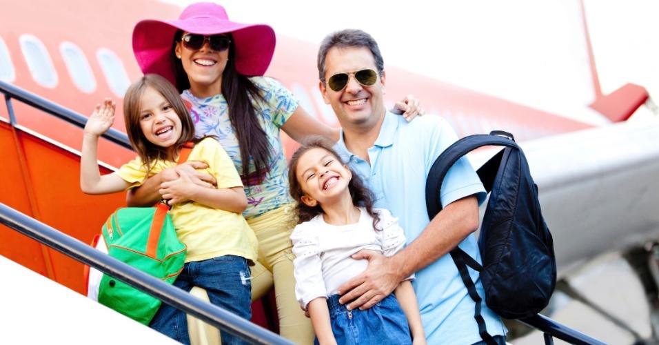 viagem em família, família viajando, férias com a família, família feliz, avião, aeroporto