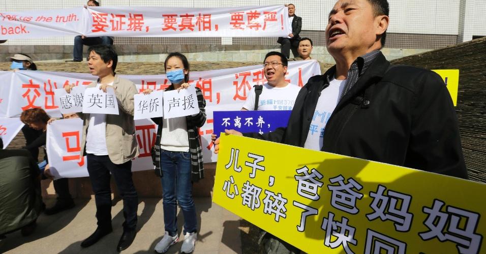29.mar.2014 - Parentes de passageiros do voo da MH370 Malaysia Airlines gritam palavras de ordem durante protesto em frente ao Lido Hotel em Pequim, na China. Eles reivindicam provas concretas de que o avião caiu no mar