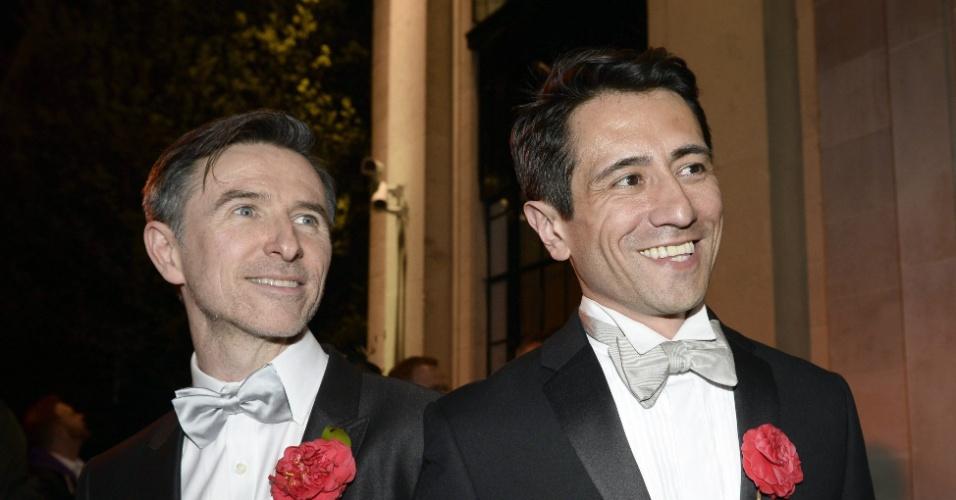 29.mar.2014 - Peter McGraith (à esq.) e David Cabreza se casam após 17 anos de união, em Londres, no Reino Unido. O casamento gay torna-se legal a partir deste sábado na Inglaterra e no País de Gales