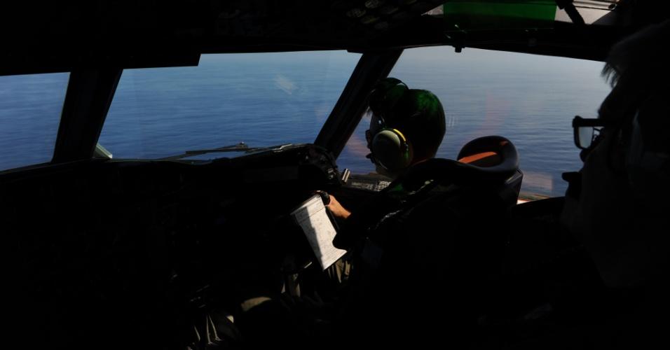 29.mar.2014- Membros da Força Aérea da Austrália participam de missão de busca do avião do voo MH 370 da Malaysia Airlines no Oceano Índico. Neste sábado, foram avistaram vários objetos de diversas cores em frente ao litoral da cidade de Perth, no oeste da Austrália