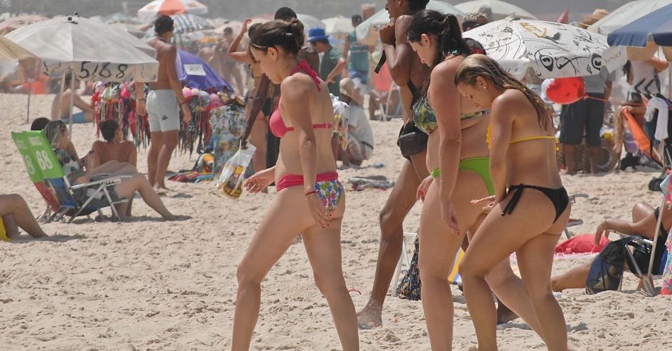 30.mar.2014 - É grande o movimento na praia de Copacabana no Rio de Janeiro (RJ) neste domingo. O calor de 27ºC levou centenas de banhistas à praia