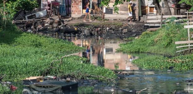 Esgoto e lixo se acumulam no Complexo da Maré, na zona norte do Rio de Janeiro