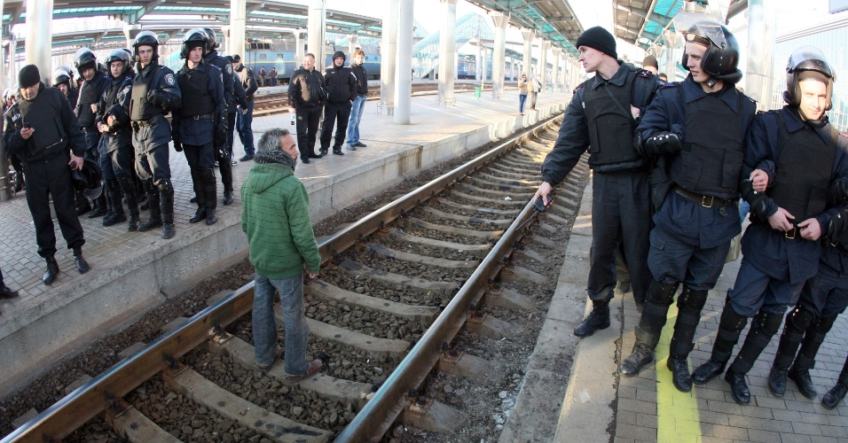 30.mar.2014 - Manifestantes pró-Rússia bloqueiam ferrovia na estação central de trem de Donetsk, na Ucrânia. O secretário de Estado dos EUA, John Kerry, encontrará com representantes da Rússia para tentar solucionar o entrave causado pela anexação da Crimeia pelo país