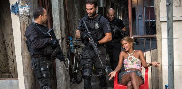 Policiais do Bope inspecionam o Complexo da Maré neste domingo (30) - Yasuyoshu Chiba/AFP